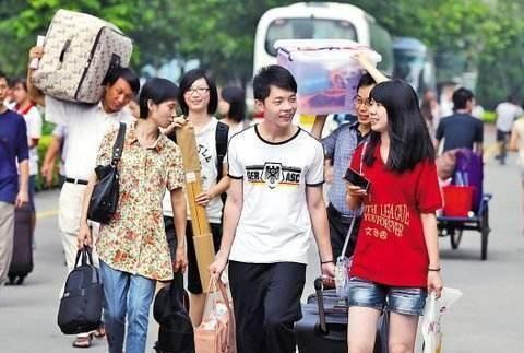 大一新生开学在即,家长需要陪孩子去大学吗?网友:别省车费!