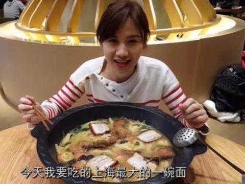 """""""假大胃王""""吃30斤拉面,刚盛1勺子就露馅,网友:当我们眼瞎?"""