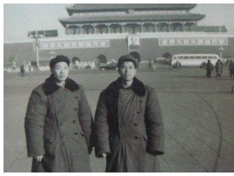 军大衣发明100多年,曾在中国风靡一时,为啥07年被我军淘汰