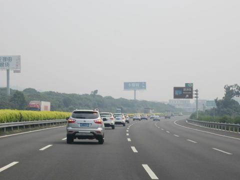 为啥老司机开在快车道,却一直打着左转向灯?现在总算明白了!