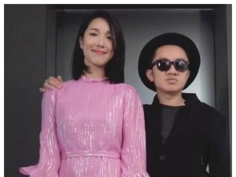 王祖蓝携妻走秀帅气十足,镜头下移看到李亚男的鞋子:最萌身高差