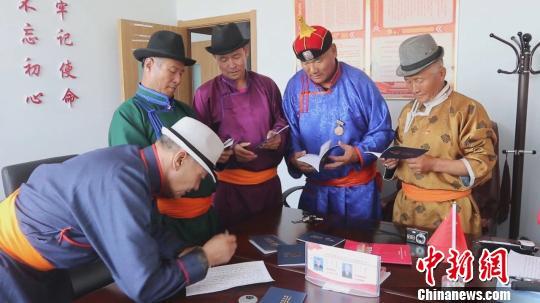 """内蒙古苏尼特草原推行马信息管理登记服务 蒙古马有了""""护照"""""""