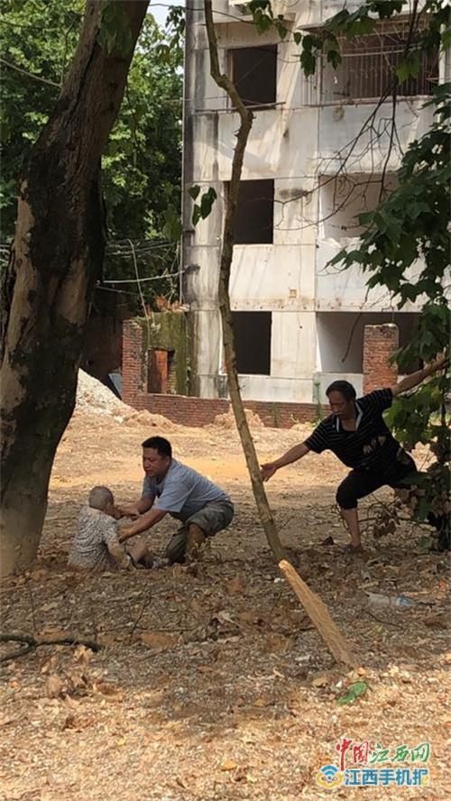 消防官兵和社区工作人员联合营救被困老人(多图)