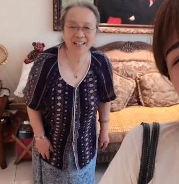 """83岁""""容嬷嬷""""李明启与孙女搞怪灿笑 满头白发依旧神采奕奕"""
