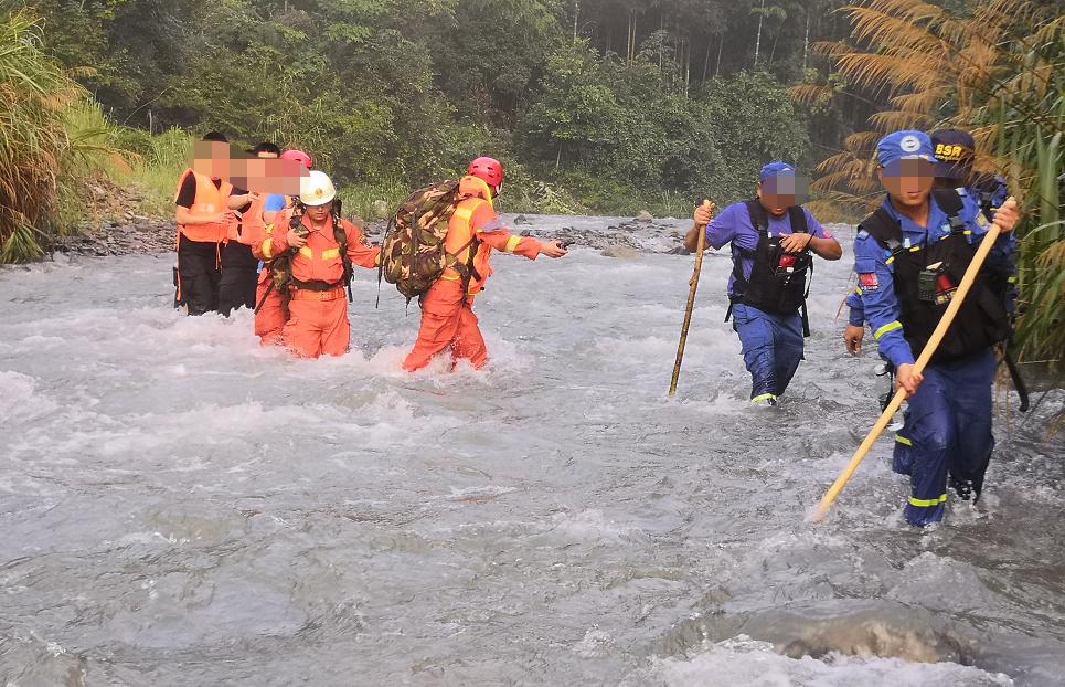 江西省山体滑坡致4死,救援人员称许多人被山体滑坡冲过几千米外