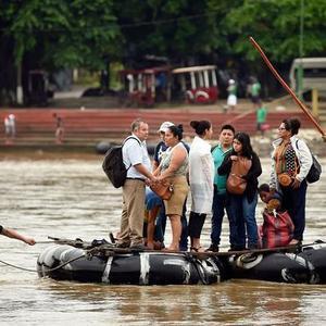 无视移民限制政策 危地马拉移民乘木筏非法进入墨西哥