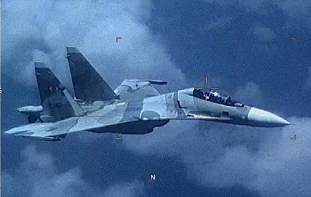 电子侦察机逼近领空,苏30战斗机敢于空中拼刺刀,向美国展示硬气