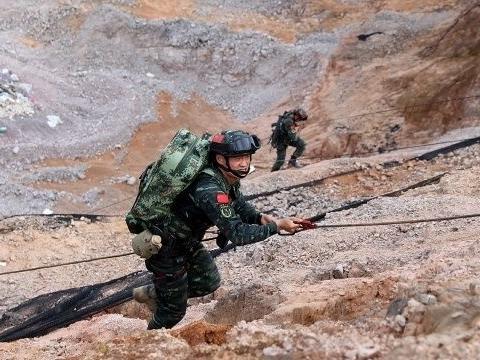"""武警部队贵州省总队特战分队""""巅峰""""比武竞赛拉开战幕"""