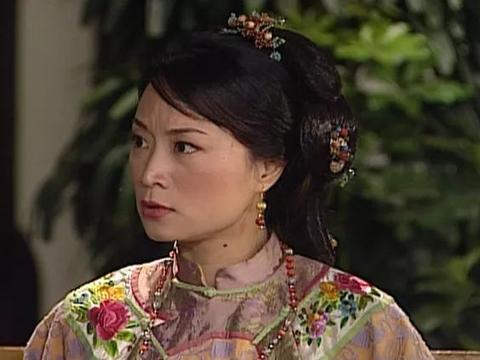 她是邓萃雯同学,曾掌掴刘嘉玲,未婚却成港剧御用师奶演活小角色