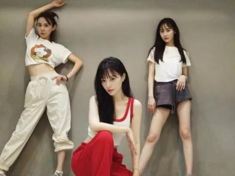 李小璐带甜馨逛街,贾乃亮深夜和女孩聚会,口罩遮面不想被认出