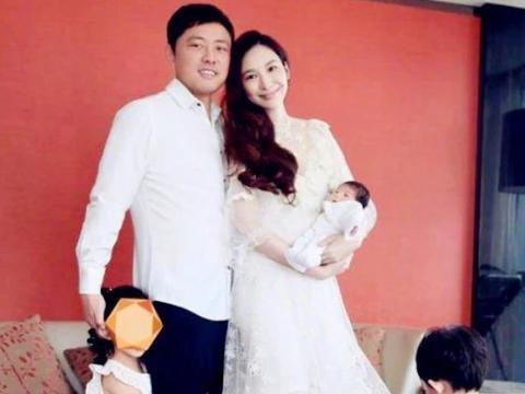 吴佩慈40岁怀四胎,梁洛施生三儿子,都未结婚