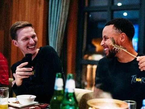 NBA吃货遇上中国美食:库兹马吃100个饺子,字母弟一人吃9桶泡面