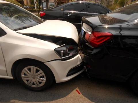 停车时忘记拉手刹,下车后被自己的车撞了,保险赔吗?