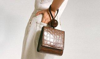 【衣帽间】今夏迷你包怎么背才最时髦?当然是挽在手腕上