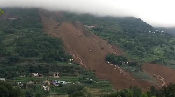 贵州滑坡现场仍下雨 事发时1公里