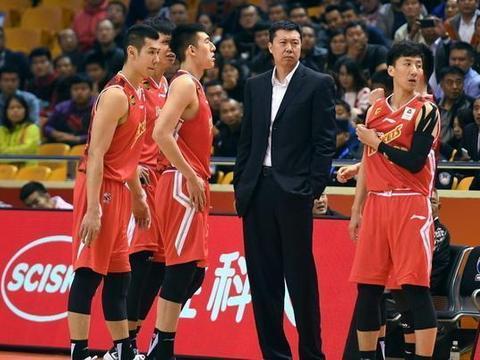 王治郅是中国篮坛的旗帜性球员,目前依然为中国篮球做着贡献
