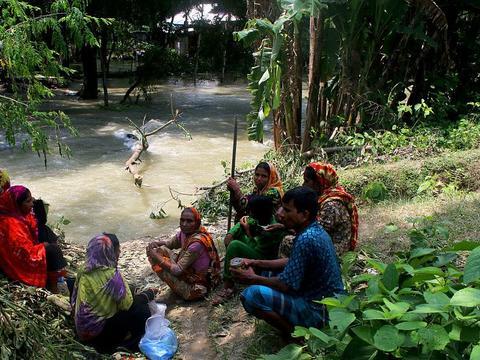 孟加拉国遭遇暴雨 民众被迫到铁道旁躲避洪水