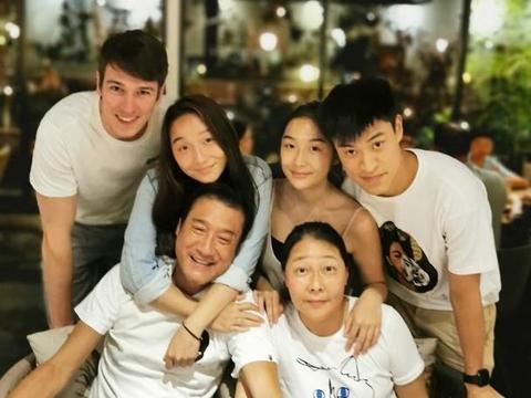 梁家辉为双胞胎女儿庆生,28岁女儿漂亮像妈妈,俩准女婿出镜超帅