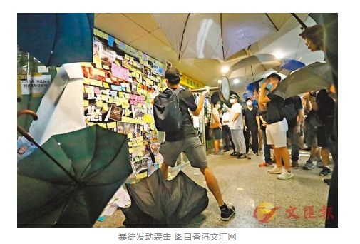 香港大公报称,有过路人拍攝这一全过程时还遭受这种黑衣人的袭击和欧打。