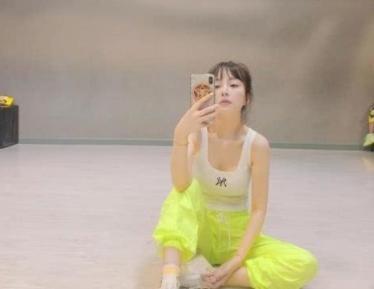 李小璐带娃练舞,只顾自拍网红脸不敢认,却把女儿遗落在墙角
