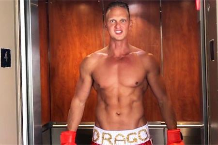 身高1米90的肌肉男,在电梯里突然撕掉上衣,看路人有什么反应