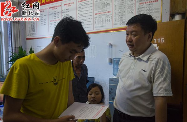 光大集团党委副书记、监事长朱洪波给新化两结对贫困学生写信