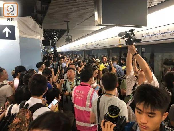 站口涌向旅客 彩色图库:香港东网