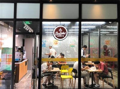"""<b>单身白领就餐首选便利店 便利蜂成""""小企业食堂""""</b>"""