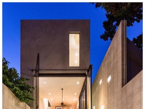 双层别墅一楼层高4米,加块钢板搭楼中楼,还在院子挖了6米的泳池