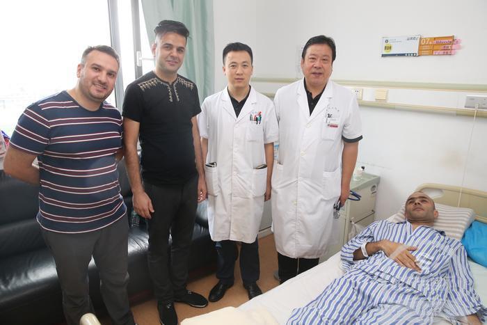 """""""老外""""胸壁长了4公斤巨瘤 西安医生施高难摘瘤术获成功"""