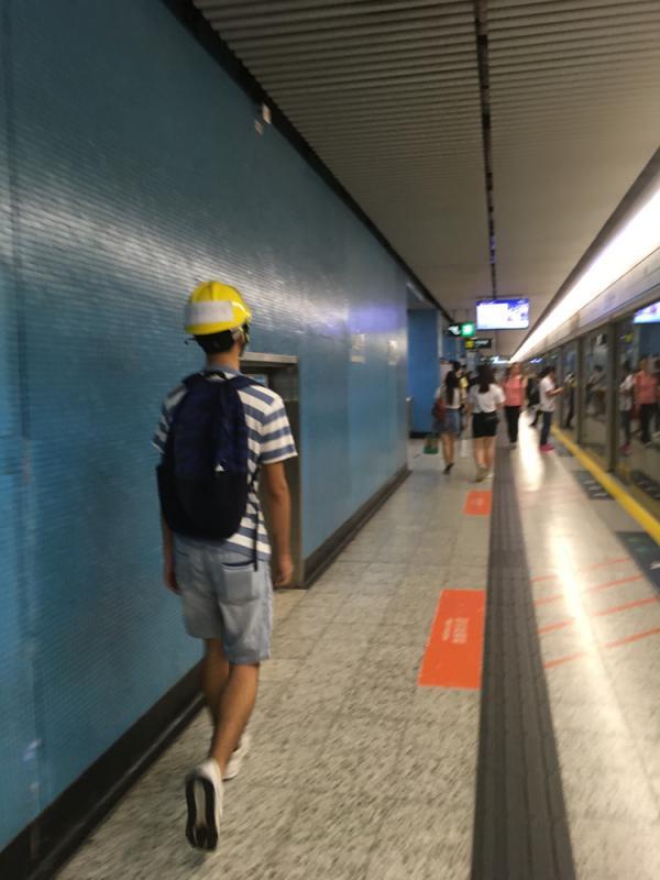 香港闹事者又号召堵地铁:应者寥寥 万人受阻