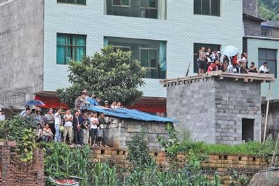 贵州水城滑坡现场900余名参加援救