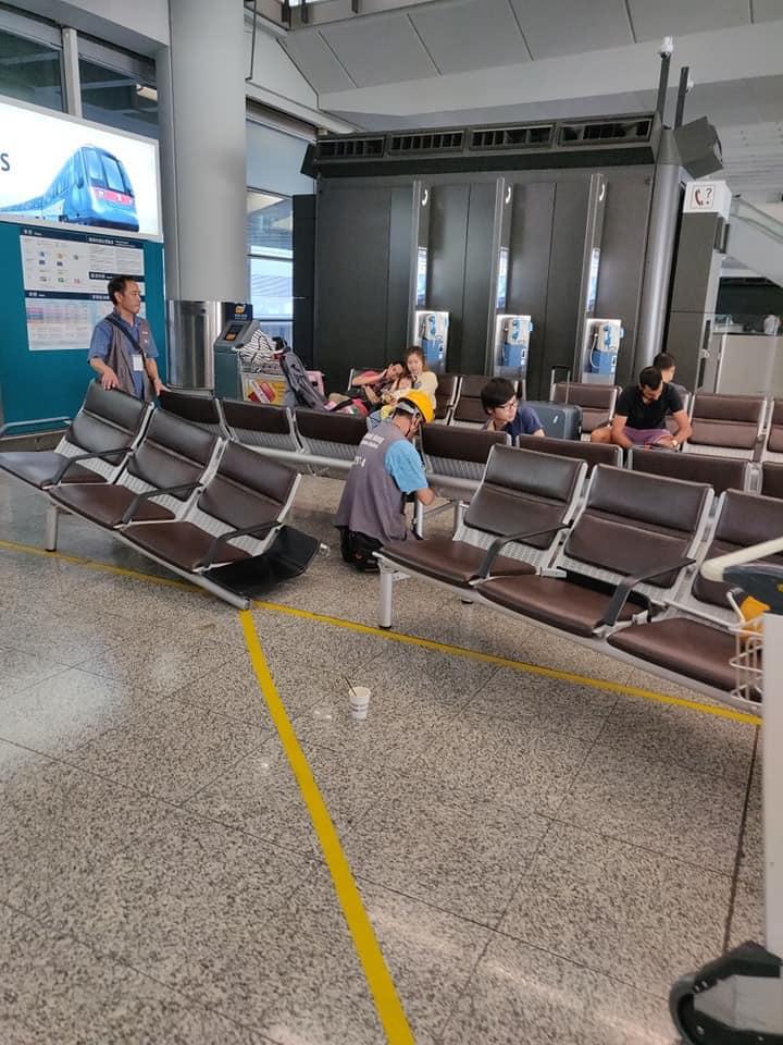 放肆 香港示威者在机场围堵指骂老年旅客