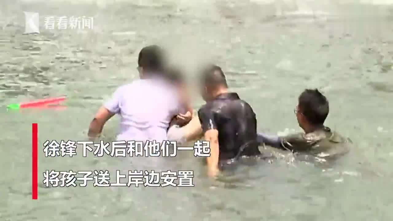 帅!受访时身后孩子突然溺水,他一个转身跳下救人...