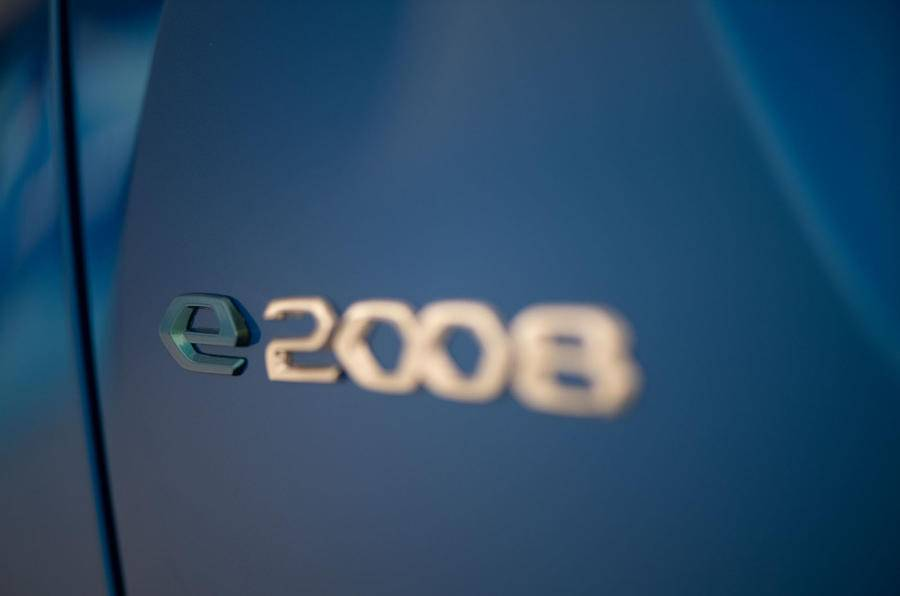 T-Cross半路遇敌,2008标配1.2T有爆红潜质,提供双电机电动版