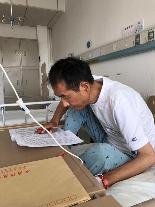 <b>安庆师大患病教授在医院边打点滴边改稿 校长点赞|教授</b>