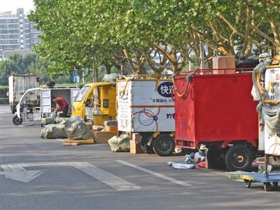 部分快递企业使用无牌老年代步车 无编号运行