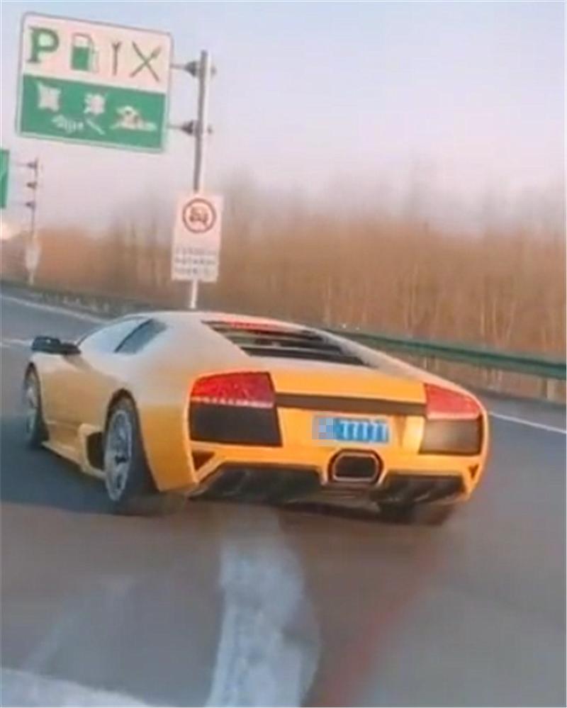 """600万兰博基尼现高速,中文名""""蝙蝠"""",挂240万车牌,牌能买套房"""