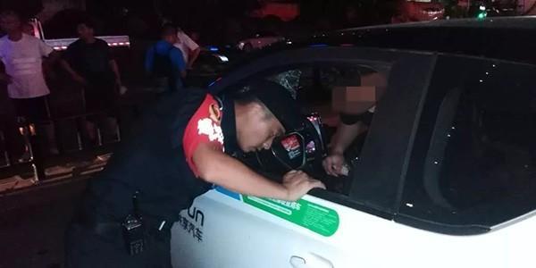 男子三伏天被困共享汽车 民警无奈破窗救人