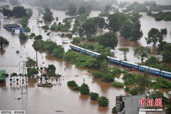 印度暴雨致铁轨积水 700名乘客经8小时救援后脱困|铁轨|积水|救援