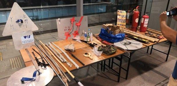 警方展示在示威现场缴获的武器及杂物。来源:香港东网