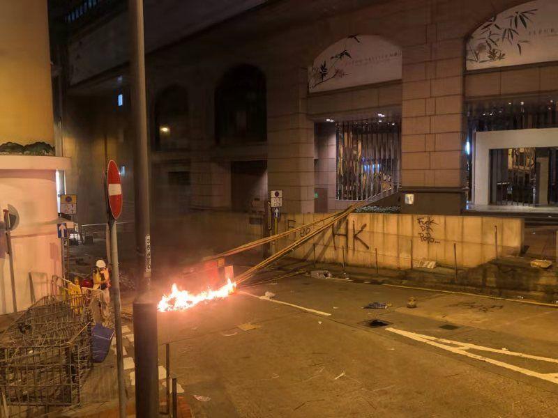 香港街头,暴徒当街点燃杂物。范凌志摄