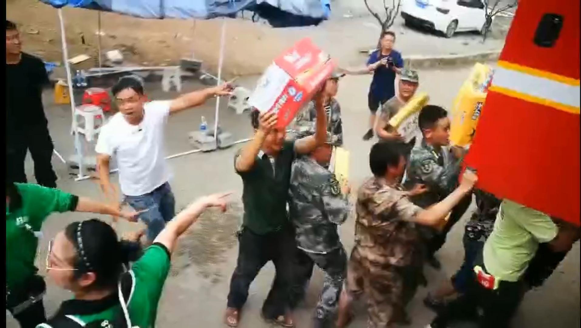 贵州山体滑坡搜救工作结束 群众夹道送别消防员