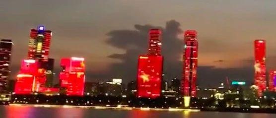 面向香港,巨幕五星红旗亮起!网友:漂亮!