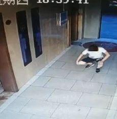 男子在九江一写字楼女厕所偷窥 监控拍下这一幕…