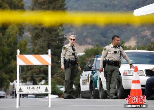 当地时间7月29日,美国加利福尼亚州吉尔罗伊警方透露,28日傍晚发生的吉尔罗伊大蒜节枪击案的枪手为19岁男子莱根。包括枪手在内,枪击事件共造成4人死亡,12人受伤。图为事发现场被警方封锁。