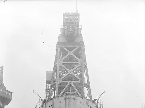 """退役战列舰光辉榜样""""卡尔萨基""""号改装成起重船继续发挥余热"""