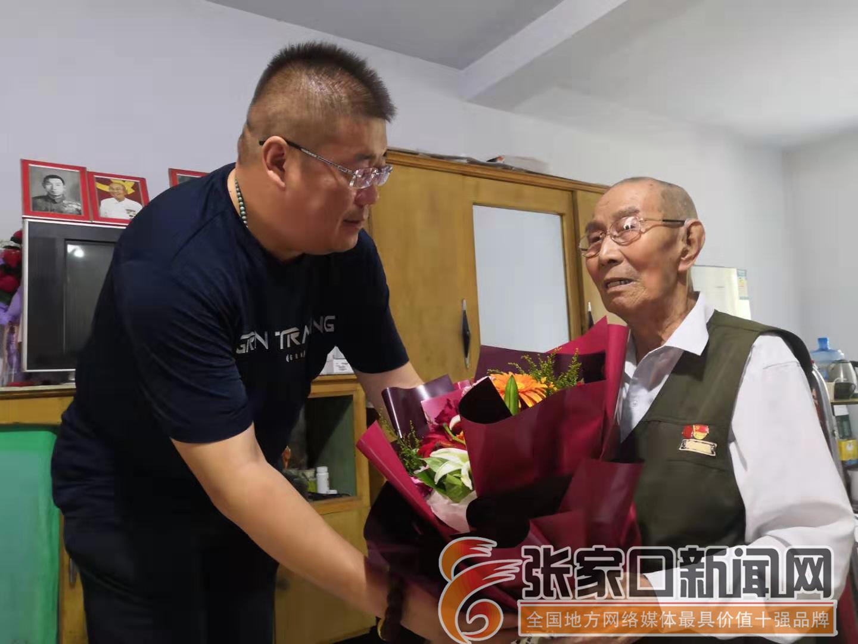 [践行社会主义核心价值观]企业家慰问抗战老兵