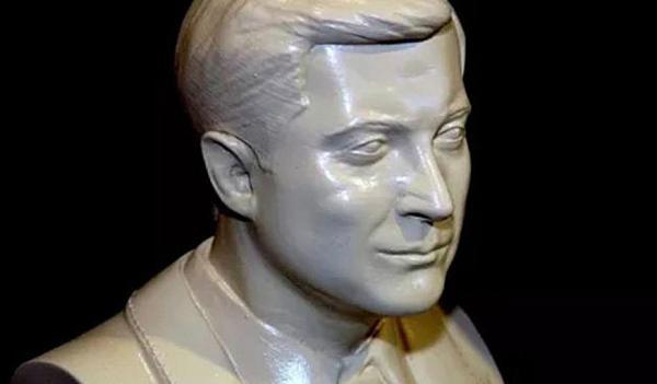 乌克兰民众塑总统半身石膏像做赠礼 泽连斯基拒收 老百姓要寒心了[嘻嘻]