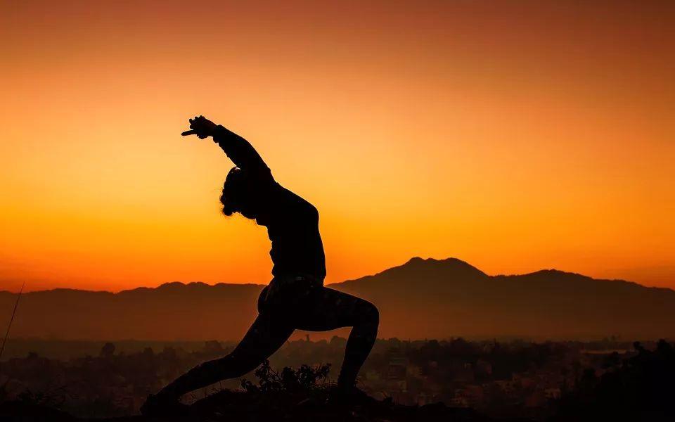 为什么练瑜伽一定要先练拜日式?图片